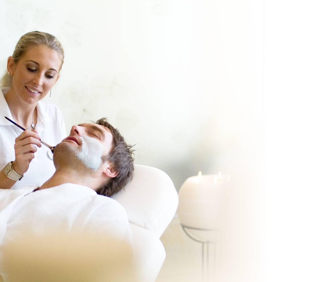 Mann bei Kosmetikbehandlung im Hotel
